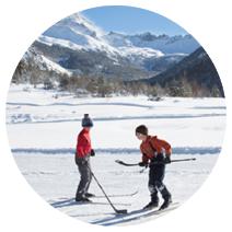 Photo enfants jouant au ski hockey